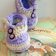 Crochet pattern Baby Buttons and Bows Booties. Instructions for 4 different sized baby booties! Birth to 12 months. Crochet pattern #6        *All patterns are written in step by step form. NO CHARTS! ♡