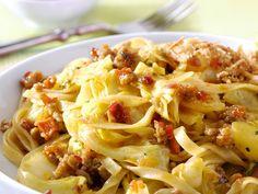 Bami goreng met gehakt, spitskool & Sambal Badjak| Conimex Pasta Salad, Spaghetti, Good Food, Food And Drink, Asian, Ethnic Recipes, Dutch, Indian, Crab Pasta Salad