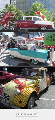 Expo de voitures de collection sur la Place des Arts à Montréal pendant le Festival Juste pour Rire.