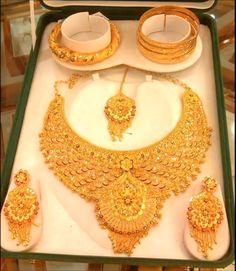 Dubai Gold Jewelry, Real Gold Jewelry, Fancy Jewellery, Gold Jewelry Simple, Gold Wedding Jewelry, Bridal Jewelry Sets, Bridal Jewellery, Gold Bangles Design, Gold Earrings Designs