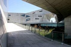 The Taiyuan Museum of Art works as a cluster of buildings unified by continuous and discontinuous promenades both inside and outside. The building responds t...
