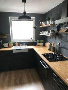 Cuisine noire avec plan de travail en bois, murs noirs et étagères ouvertes - #avec #bois #Cuisine #de #en #Étagères #murs #noire #noirs #ouvertes #plan #travail