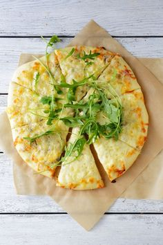 Pizza blanche à la roquette et au parmesan - - Best Picture For Pizza quotes For Your Taste You are looking for something, and it is going to tell yo Pizza Buns, Pizza Rolls, Italian Snacks, Italian Recipes, Vegetable Stew, Vegetable Pizza, Pizza Cake, White Pizza, Pizza Party
