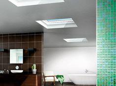 Modernes Badezimmer mit Flachdach-Fenstern