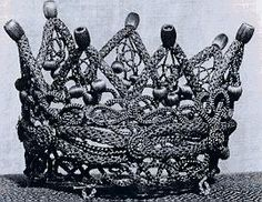 Where Mourning Meets Art: Crowning Glory. I know nothing about this other than the fact that it is made entirely from the deceased persons hair. This might be one of the most intricate and complicated pieces of mourning hair art I have seen. Dracula, La Danse Macabre, Victorian Hairstyles, Mourning Jewelry, Tiaras And Crowns, Crown Jewels, Memento Mori, Hair Art, Hair Jewelry