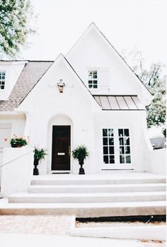 60 Awesome Farmhouse Exterior Design and Decor Ideas Do you want to transform your home exterior into modern farmhouse exterior? Modern farmhouse exterior is the perfect blend of modern and traditional elements. Small Cottage House Plans, Small Cottage Homes, Small Cottages, Exterior Paint Colors For House, Dream House Exterior, Paint Colors For Home, Cottage Exterior, Small House Exteriors, Exterior Houses