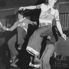 Erfahre, wie die Musikstile und Idole der Swinging Sixties die aktuelle Ben Sherman Kollektion inspiriert haben. #linkinbio #repost @benshermanofficial #bensherman #bensherman_de #sixties #mods #rocker #dandy #musicmeetsfashion