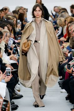 See all the Collection photos from Celine Spring/Summer 2018 Ready-To-Wear now on British Vogue Fashion Week Paris, Fashion 2018, Look Fashion, Runway Fashion, Fashion Design, Fashion Trends, Cheap Fashion, Celine, Catwalk Collection