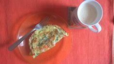 Omelete e café com creme de leite fresco