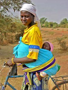 Mère cycliste, vers Bogandé, Sud-Est du Burkina Faso