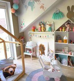Bright and colorful kids room. Doll pram by Minty Workshop. La Carrozzina delle Bambole di minty_workshop_italy è un prodotto di alta qualità  fatto a mano in Legno Naturale. I suoi colori vivaci aiutano i Bambini nella loro immaginazione.