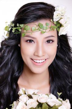 Điểm quan trọng bạn cần lưu ý là phối kết trang sức khi chọn làm đẹp tóc bằng hoa tươi. Đặc biệt, hoa tai càng đơn giản, nhỏ gọn càng tốt để không lấn át nét tự nhiên của mái tóc.
