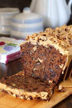 Date Coffee Cake with toadted Walnuts and Espresso Glaze - rich and full of flavor. Espresso soaked dates, toasted walnuts and espresso glaze. Baking Recipes, Dessert Recipes, Fruit Cake Recipes, Healthy Cake Recipes, Loaf Recipes, Vegan Recipes, Date Cake, Gula, Mini Desserts