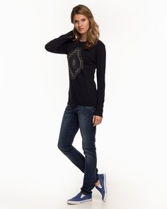 Langarm-Shirt von CROSS Jeans im Ethno-Style. Der etwas weitere Rundhals-Ausschnitt ,die besonders softe Qualität mit neuartigem , weichem Flockprint im Ethno Look machen dieses Shirt besonders. Material navy: 100% Baumwolle...
