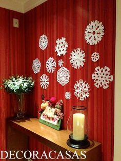 Floco de neve de papel para decorar hall de entrada de apartamento e deixa o espírito de Natal fácil e acessível. Confira mais ideias natalinas de faça você mesmo escolhidas por Flávia Ferrari.