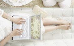 Девушка с ноутбуком vaio