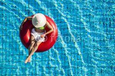 junge Frau in einem Schwimmreifen von oben