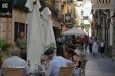 Muchas personas le encanta el Barrio. Algunas personas le gusta por sus tapas y comida, y otras prefieren los barres. De cualquier manera, yo creo que el Barrio es un destino más preferido de ciudadanos y turistas en Alicante. Tiene un aura más Mediterráneo que el resto de la ciudad, con sus calles angostos y mesas afuera de las restaurantes.