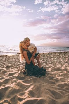 Poolside in Maui - Barefoot Blonde by Amber Fillerup Clark Mother Baby Photography, Beach Photography Poses, Beach Poses, Family Beach Pictures, Vacation Pictures, Mommy And Me Photo Shoot, Pool Picture, Photo Poses, 1