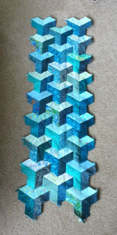 skyscraper made of half hexagons. so easy to make and so effective. another one of my favourite shapes. Geometric Quilt, Hexagon Quilt, Tumbling Blocks Quilt, Quilt Blocks, Paper Piecing Patterns, Quilt Block Patterns, Quilted Table Runners Christmas, Optical Illusion Quilts, 3d Quilts