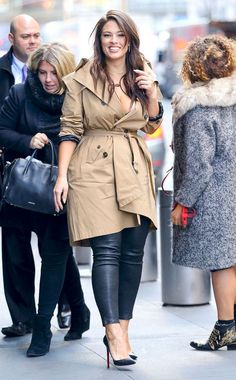 Ashley Graham in leather pants Big Picture: Today's Hot Pics City glow! The beauty is seen looking fab in a trench and leather pants New York City. Ashley Graham Outfits, Ashley Graham Style, Xl Mode, Mode Plus, Look Plus Size, Plus Size Women, Average Size Women, Curvy Girl Fashion, Plus Size Fashion