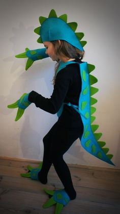 Best dinosaur costume ever! Page is not in English but can be translated! Dino Costume, Costume Carnaval, Dragon Costume, Lizard Costume, Diy Dinosaur Costume, Crocodile Costume, Up Costumes, Halloween Costumes, Costume Dinosaure
