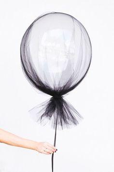 Pimp je ballon met tule, een tassel en een mooi lint voor een extra feestelijk effect. Idee van Stylemepretty.com