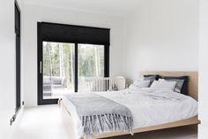 Makuuhuoneesta pääsee suoraan terassille. Sänky on Ikean Malm-sarjaa ja ikkunoissa on mustat Duette-pimennysverhot.