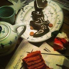 tea time before Christmas, honeycakes, tea, and knitting