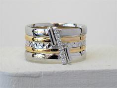 Een mooi herinneringsjuweel gemaakt van oud goud en een bestaande trouwring behouden. 18 karaat wit en geel goud bezet met briljantjes en 2 buisjes waarvan 1 gevuld met as.