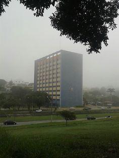 Prédio da prefeitura em manhã com neblina  Foto: AmanTikir