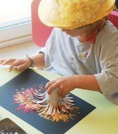Réaliser, avec les enfants, des feux d'artifice en peinture, très facile pour les petits doigts. Activité amusante pour les petits !