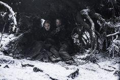 Sansa Stark abd Theon Greyjoy hiding from Ramsey's men Game of Thrones Season 6 Episode 1 (Credit: Helen Sloan/HBO) Game Of Thrones Saison, Game Of Thrones Premiere, Watch Game Of Thrones, Game Thrones, Sansa Stark, Ned Stark, Khal Moro, Saga, Game Of Thrones Pictures