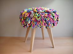 The knitted pouf-stool, whom were a bit too good, the series in the new loops-will now find the frechere variant with a seat from hundreds of sewn cotton tape loops in back catching colors. New color freshness in hallway, bathroom, or bedroom, or generally as a color accent in the living area. Feet in solid, untreated oak. Whether as seating, footrest, storage or simply as decorative Wohnaccessoir. And his hair is also after prolonged occupation with two handles again on gewuschelt…