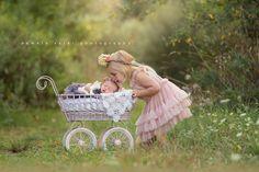 pamela-salai-photography outside newborn unicorn Newborn Christmas Pictures, Newborn Family Pictures, Fall Family Photos, Family Posing, Family Portraits, Newborn Sibling, Newborn Session, Sibling Poses, Siblings