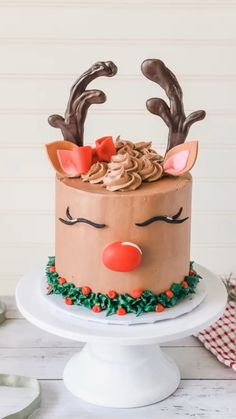 Learn how to make this beautiful Reindeer cake that's totally perfect for Christmas! In this cake tutorial, you'll learn step by step how to make this reindeer buttercream cake at home. Christmas Cake Designs, Christmas Cake Decorations, Holiday Cakes, Christmas Desserts, Christmas Treats, Christmas Baking, Holiday Parties, Easy Christmas Cake, Easy Fondant Decorations