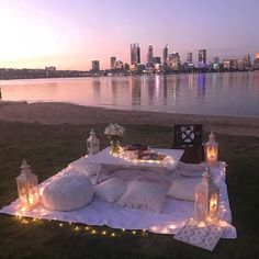 Butter on the Beach: A Perfect Date Night - Jessica Lynn Writes - Marry's Beauty secrets Romantic Picnics, Romantic Beach, Romantic Dinners, Romantic Travel, Romantic Weddings, Romantic Dinner Setting, Romantic Bedrooms, Romantic Room, Romantic Places