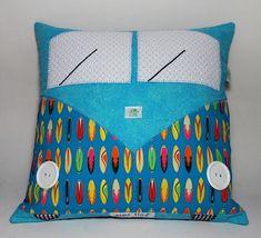 Almofada Kombi com Bolso para Pijama.    Ótima opção para manter a cama da criança organizada e o pijaminha guardado.    Decora o quarto com muita alegria!    Confeccionada em tecido 100% algodão.  Capa da almofada com zíper (pode retirar para lavar).  Acompanha almofada de enchimento.  Medidas: 40 x 40 cm.