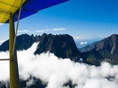 Nicolas Hienly a décidé de prendre de la hauteur en survolant LaRéunion en ULM. Un moyen idéal pour prendre toute la mesure des paysages fabuleux que représentent ces montagnes, dominées par le piton des Neiges et le piton de la Fournaise, sur fond d'océan Indien : http://www.geo.fr/voyages/vos-voyages-de-reve/ile-de-la-reunion-ulm-vue-du-ciel