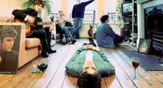 ¿HABRÁ REUNIÓN POR LOS 20 AÑOS DE OASIS? 2014 es el año en que se cumplen los 20 años de Definitely Maybe (1994), el álbum debut de Oasis que hasta el día de hoy tiene más de ocho millones de copias vendidas. Este aniversario hace creer que, a pesar de los conflictos entre los hermanos Gallagher, existe la posibilidad de que la banda se reúna para realizar algún tipo de festejo, algo que los fans agradecerían eternamente.