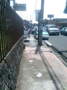 Este motociclista ni se inmuto con el bloqueo de la acera, los peatones a la calle y los del BNCR viendo para otro lado !