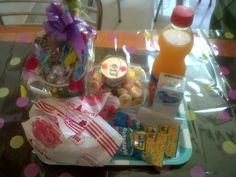 Vaso mug decorado con dulces, ensalada de frutas, lechera, crema de leche, jugo, hamburguesa, mani