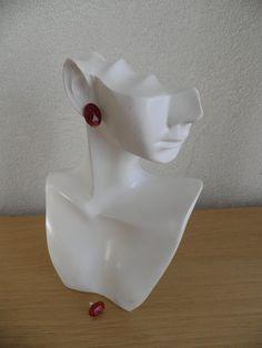 Oorknopjes. Oorbellen van hars. Oorknopjes met roodstof. Hars sieraden. Eivormige oorknopjes. Decoratie voor de vrouw.