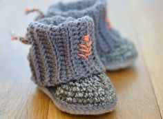 Buy Mini Uggs with Rib Cuffs crochet pattern - Allcrochetpatterns.net   ----  Mini - Baby booties gehäkelt
