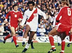 Teófilo Cubillas (Perú) ante Polonia en partido de segunda ronda.