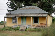 An abandoned colonial cob house near Naseby in New Zealand. New Zealand Architecture, Australian Architecture, Australian Homes, Australian Icons, Abandoned Houses, Abandoned Places, Haunted Places, Summer House Paint, Beach Cottages