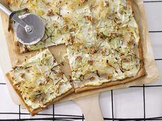Kraut-Flammkuchen mit Walnüssen - Familienessen (2 Erw. und 2 Kinder) - smarter - Kalorien: 598 Kcal - Zeit: 15 Min. | eatsmarter.de Walnüsse liefern gesunde Fette und Energie.