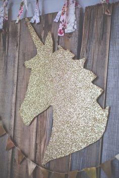Faça um molde utilizando isopor ou cartolina, cole o glitter com cola branca e seu painel está pronto!
