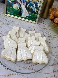 Bridal Shower Brunch! #bridalshower #brunch #DIY #engaged #brunch #ontheblog #link #blogger #bubblybar #mimosabar #mimosa #champagne #champagnebar #bubbly #girlsbrunch #diy #sugarcookies #cookies #weddingdress #dresscookies