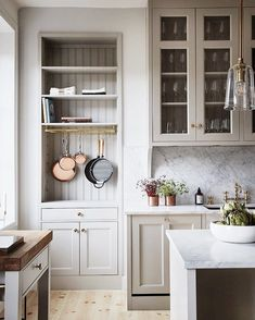 Can't stop thinking about this kitchen corner from @kitchenandbeyond.se. Seriously. I just love every single freaking detail. I'm off to do some fireplace and window shopping for our house today! Feels weird doing these things for myself. ☺️